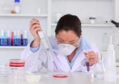 946642232-boite-de-petri-pipette-bacterie-biotechnologie